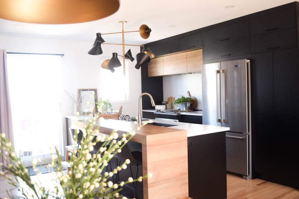 cuisine noir bois blanc quartz lumineux